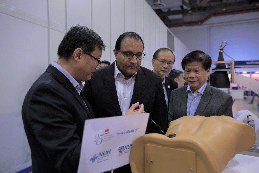 The partnership between ITE, NUH, NUS and Invivo Medical brings the Percutaneous Access to Kidney Assist Device (PAKAD) to the market. Dr Lee Teck Kheng, Director, Technology Development and Technology Transfer Office, ITE, demonstrates the capabilities of PAKAD to Mr S. Iswaran, Minister for Trade and Industry (Industry); Mr Ted Tan, Deputy Chief Executive of SPRING Singapore, and Chairman of IPI; and Professor Lam Khin Yong, Executive Director of IPI at TechInnovation 2017.